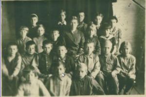 Ученики и молодая учительница, 1944 год