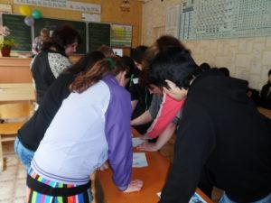 обучающиеся оценивают плакаты, этап игры